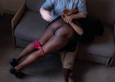 Une femme antillaise reçoit une fessée déculottée